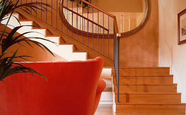 02-scala-e-divano-rosso