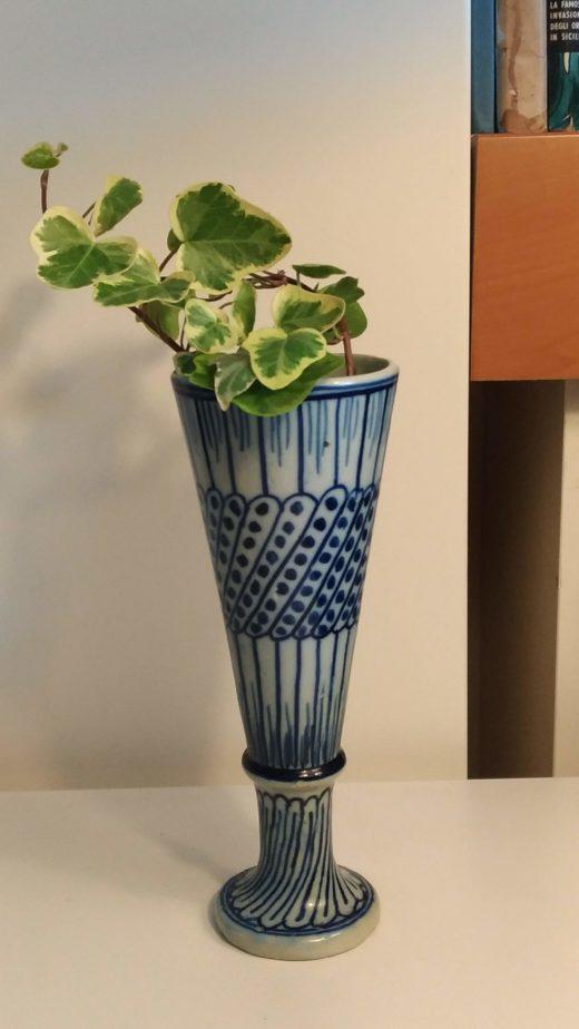Vaso con decorazioni blu
